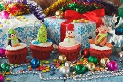 Χριστούγεννα cupcakes με τις χρωματισμένες διακοσμήσεις Στοκ φωτογραφίες με δικαίωμα ελεύθερης χρήσης