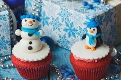 Χριστούγεννα cupcakes με τις χρωματισμένες διακοσμήσεις Στοκ φωτογραφία με δικαίωμα ελεύθερης χρήσης