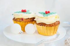 Χριστούγεννα cupcakes στην εορταστική ρύθμιση Στοκ φωτογραφίες με δικαίωμα ελεύθερης χρήσης