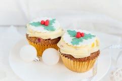 Χριστούγεννα cupcakes στην εορταστική ρύθμιση Στοκ εικόνα με δικαίωμα ελεύθερης χρήσης