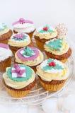Χριστούγεννα cupcakes στην εορταστική ρύθμιση Στοκ Εικόνα