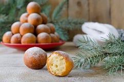 Χριστούγεννα donuts με την κονιοποιημένη ζάχαρη Στοκ Εικόνες