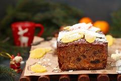 Χριστούγεννα fruitcake με τα γλασαρισμένα φρούτα και ξηρός - φρούτα στοκ εικόνες