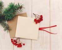 Χριστούγεννα mokup Πλαίσιο κλάδων δέντρων, κενές κάρτες με rowanberry Άσπρος ξύλινος πίνακας Στοκ Εικόνες
