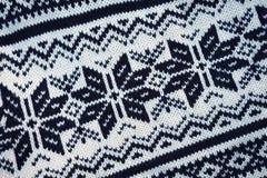 Χριστούγεννα patternt άσπρα και μαύρα του πλεκτού πουλόβερ Μαλλί Πλεκτή κινηματογράφηση σε πρώτο πλάνο πουλόβερ Η υφαντική σύστασ στοκ εικόνες