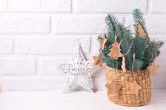 Χριστούγεννα ster, απλά ξύλινα παιχνίδια και δέντρο γουνών κλάδων Στοκ φωτογραφίες με δικαίωμα ελεύθερης χρήσης
