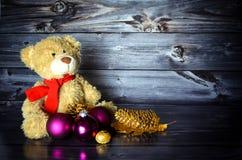 Χριστούγεννα Teddy με τα μπιχλιμπίδια Στοκ εικόνες με δικαίωμα ελεύθερης χρήσης