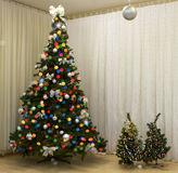 Χριστούγεννο-δέντρο με τα φω'τα Στοκ Φωτογραφία