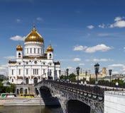 Χριστός ο καθεδρικός ναός λυτρωτών και η πατριαρχική γέφυρα με τα φανάρια και τους ανθρώπους Στοκ εικόνες με δικαίωμα ελεύθερης χρήσης