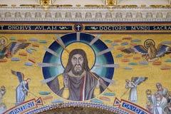 Χριστός που δίνει μια ευλογία, που πλαισιώνεται από δύο αγγέλους Στοκ φωτογραφία με δικαίωμα ελεύθερης χρήσης