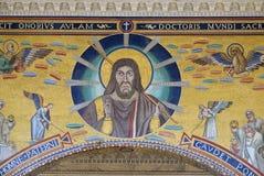 Χριστός που δίνει μια ευλογία, που πλαισιώνεται από δύο αγγέλους Στοκ εικόνα με δικαίωμα ελεύθερης χρήσης
