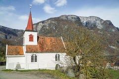 900χρονη εκκλησία σανίδων στη Νορβηγία κατά μήκος του φιορδ σε Aurland στοκ εικόνα