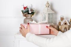 Χρονικά δώρα Χριστουγέννων - διαθέσιμα κορίτσια χεριών κιβωτίων δώρων Στοκ Εικόνες