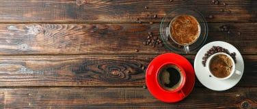Χρονικά εξαρτήματα καφέ στο ξύλινο υπόβαθρο, το διάστημα για το κείμενο και τη τοπ άποψη στοκ φωτογραφία