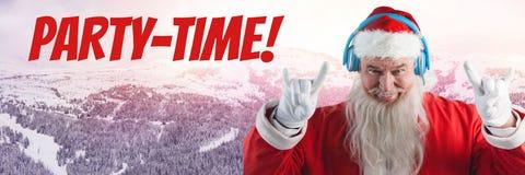 Χρονικά κείμενο και Santa κόμματος με τα ακουστικά του DJ στο χειμερινό τοπίο Στοκ Εικόνα