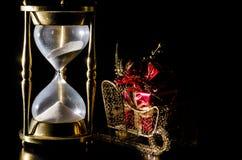 Χρονική έννοια Χριστουγέννων με την κλεψύδρα Στοκ εικόνα με δικαίωμα ελεύθερης χρήσης