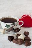 Χρονική ακόμα ζωή τσαγιού ημέρας βαλεντίνου με διαμορφωμένες τις καρδιά σοκολάτες Στοκ Φωτογραφίες