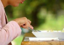 χρονική γυναίκα μεσημεριανού γεύματος Στοκ εικόνες με δικαίωμα ελεύθερης χρήσης