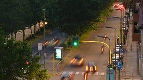 Χρονική πάροδος της ημέρας αγίων δισκοποτήρων στη μετάβαση νύχτας στο δρόμο με έντονη κίνηση φιλμ μικρού μήκους