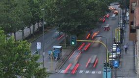 Χρονική πάροδος της ημέρας αγίων δισκοποτήρων στη μετάβαση νύχτας στο δρόμο με έντονη κίνηση απόθεμα βίντεο