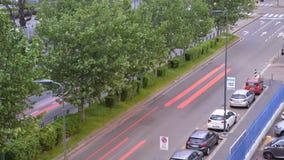 Χρονική πάροδος της ημέρας αγίων δισκοποτήρων ` ` στη μετάβαση νύχτας στην πολυάσχολη λεωφόρο με τα οχήματα κατά τη διάρκεια της  απόθεμα βίντεο