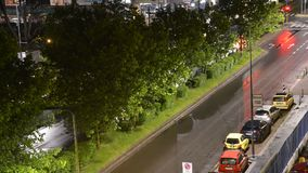 Χρονική πάροδος της ημέρας αγίων δισκοποτήρων στη μετάβαση νύχτας στην πολυάσχολη λεωφόρο με τα οχήματα κατά τη διάρκεια της ώρας απόθεμα βίντεο