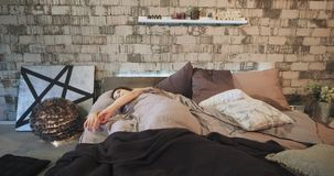 Χρονική χαρισματική κυρία πρωινού που ξυπνά με μια καλή διάθεση από το σύγχρονο κρεβάτι της σε μια όμορφη κρεβατοκάμαρα σοφιτών,  απόθεμα βίντεο