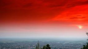 ΧΡΟΝΙΚΟ ΣΦΑΛΜΑ - ηλιοβασίλεμα με τον πορτοκαλή ουρανό απόθεμα βίντεο