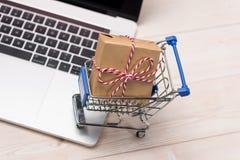 χρονικός καθολικός Ιστός προτύπων αγορών σελίδων χαιρετισμού καρτών ανασκόπησης Ένα lap-top και ένα κιβώτιο δώρων κάρρων αγορών τ Στοκ φωτογραφίες με δικαίωμα ελεύθερης χρήσης