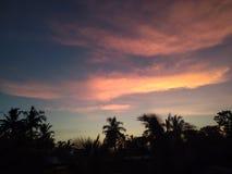 Χρονικός ουρανός βραδιού του χωριού ζωής στοκ εικόνες με δικαίωμα ελεύθερης χρήσης