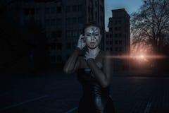 Χρονικός φύλακας στην οικοδόμηση ηλιοβασιλέματος πλησίον Στοκ Εικόνες