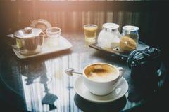 Χρονικός χαλαρώνοντας χρόνος καφέ και τσαγιού από την έννοια ταξιδιού Φλυτζάνι του κοβαλτίου Στοκ εικόνες με δικαίωμα ελεύθερης χρήσης