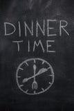 Χρονικό κείμενο γευμάτων με το ρολόι στο μαύρο πίνακα κιμωλίας Στοκ εικόνες με δικαίωμα ελεύθερης χρήσης