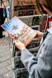 Χρονικό περιοδικό αγοράς γυναικών στο περίπτερο Τύπου που χαρακτηρίζει το ISIS ασβέστιο Στοκ φωτογραφία με δικαίωμα ελεύθερης χρήσης
