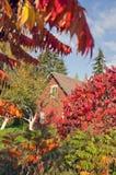 Χρονικό σπίτι φθινοπώρου στο χωριό Στοκ Φωτογραφία