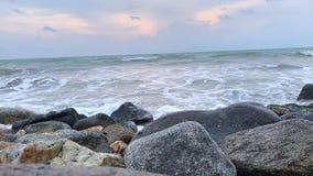 Χρονικό σφάλμα: Κύματα θάλασσας που συντρίβουν επάνω στην παραλία βράχου φιλμ μικρού μήκους