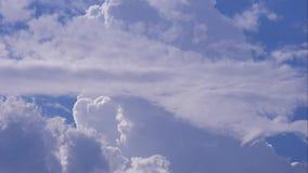Χρονικό σφάλμα με τα χνουδωτούς σύννεφα και το μπλε ουρανό απόθεμα βίντεο