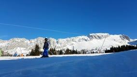Χρονικό σφάλμα μιας κλίσης σκι με να κάνει σκι και Snowboarding πολύ ανθρώπων απόθεμα βίντεο