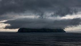 Χρονικό σφάλμα νησιών Mykines με το cloudscape, Νησιά Φερόες απόθεμα βίντεο
