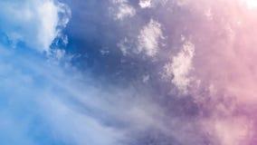 Χρονικό σφάλμα ουρανού σύννεφων με τα δραματικά χρώματα φιλμ μικρού μήκους