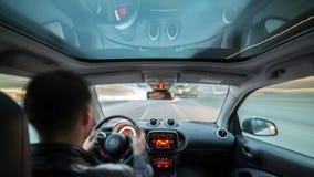 Χρονικό σφάλμα που πυροβολείται του αρσενικού ενήλικου οδηγώντας αυτοκινήτου φιλμ μικρού μήκους