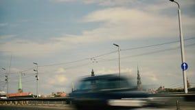 Χρονικό σφάλμα στην καλώδιο-μένοντη γέφυρα στο κέντρο της Ρήγας απόθεμα βίντεο