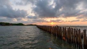 Χρονικό σφάλμα της επίθεσης φρακτών κυμάτων της θάλασσας στο χρόνο ανατολής φιλμ μικρού μήκους
