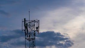 Χρονικό σφάλμα της κεραίας πύργων τηλεπικοινωνιών στο ηλιοβασίλεμα απόθεμα βίντεο