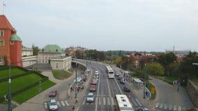 Χρονικό σφάλμα της κυκλοφορίας και του για τους πεζούς περάσματος σε έναν δρόμο με έντονη κίνηση στη Βαρσοβία, Πολωνία απόθεμα βίντεο