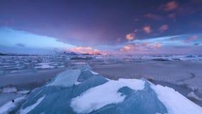 Χρονικό σφάλμα της λιμνοθάλασσας παγόβουνων σε Fjallsarlon με τους παγωμένους επιπλέοντες πάγους φιλμ μικρού μήκους