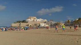 Χρονικό σφάλμα της πολυάσχολης παραλίας κατά τη διάρκεια του καλοκαιριού σε Peniscola, Ισπανία φιλμ μικρού μήκους