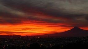 Χρονικό σφάλμα της πόλης του Πουέμπλα και του ηφαιστείου Popocateptl στο ηλιοβασίλεμα απόθεμα βίντεο