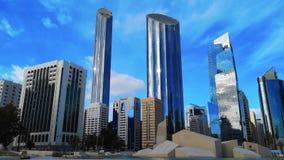 Χρονικό σφάλμα της σύγχρονων αρχιτεκτονικής πόλεων και των ουρανοξυστών του ορίζοντα του Αμπού Ντάμπι με τα όμορφα σύννεφα, World απόθεμα βίντεο