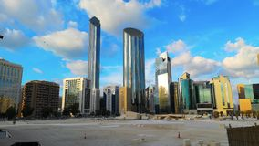 Χρονικό σφάλμα της σύγχρονων αρχιτεκτονικής πόλεων και των ουρανοξυστών του ορίζοντα του Αμπού Ντάμπι με τα όμορφα σύννεφα, World φιλμ μικρού μήκους